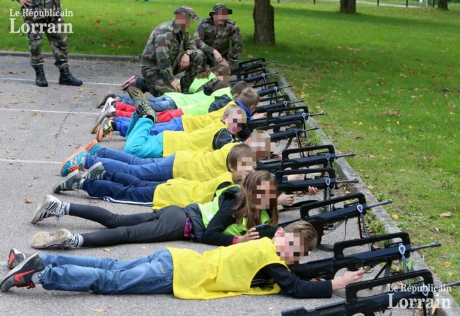Education à la défense à l'école primaire de Flastroff (Moselle) (http://www.republicain-lorrain.fr/edition-de-thionville-hayange/2015/10/13/flastroff-des-fusils-d-assaut-a-l-ecole)